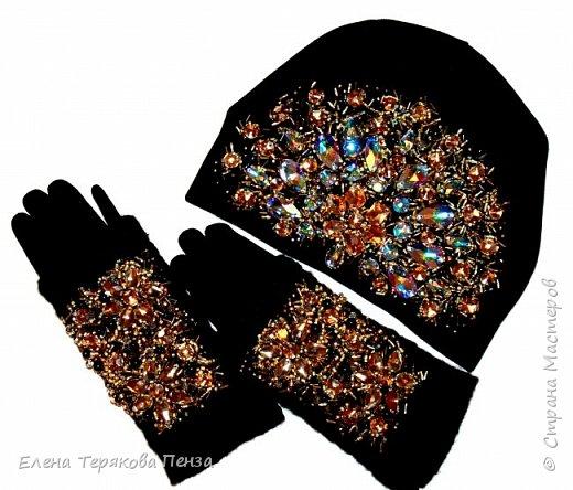 КОМПЛЕКТ ШАПКА И МИТЕНКИ С ПЕРЧАТКАМИ расшиты стразами сваровски, бусинками, стеклярусом и бисером фото 2
