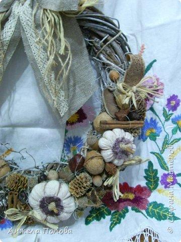 Венок из шишек. Основа - картон, обтянутый тканью. Орехи, желуди, разные шишки, ягодки. фото 6