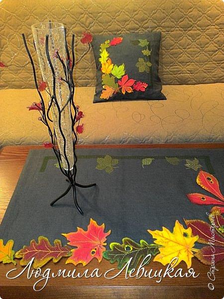 Наступила осень, и у меня родилась такая подушка... Применила разные техники. Я взяла темно-зеленый лен за основу, на котором разместила вышитые зеленые листья (они символизируют ушедшее лето) и осенние листья из фетра в виде аппликации... фото 14