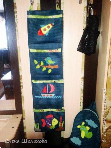 Здравствуйте!Недавно сшила сыну в садик вот такие кармашки для одежды. Материал выбрала очень хороший, плотный. Сами кармашки решила украсить аппликацией из фетра, чтобы было повеселей и сынишка быстрей запомнил свой шкафчик и где что лежит)) Надеюсь прослужит верой и правдой долгие годы)) Приятного просмотра))Может кому пригодится)) фото 1