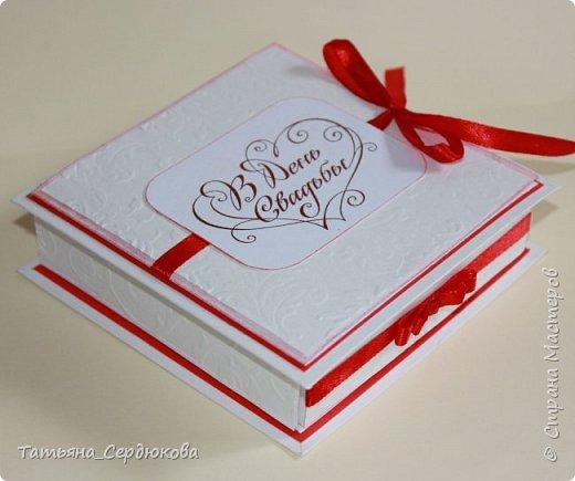 Приветствую всех, кто зашёл на огонёк!   Коллега по работе была приглашена на свадьбу, подарок дарить собиралась денежный. А я, насмотревшись всяко-разной красоты, просто не смогла удержаться и предложила сделать для неё коробочку-открытку для подарка.  Всем мастерам спасибо за вдохновение! Благодаря Вам и я создаю что-то красивое!   Вот такая коробочка-открытка у меня получилась: фото 1