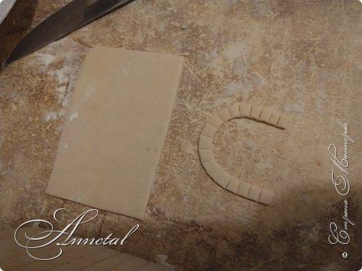 Доброго времени суток. Спасибо всем заглянувшим на мою страничку. Хочу поделится своим чайным домиком и секретами как я его делала. Вот , что у нас должно получится. Для работы нам понадобится: соленое тесто, гофрированный картон, кусочки обоев, клей ПВА, клей Титан, молярный скотч, толстая нитка, нож кухонный, пилочка для ногтей, стержень от ручки, гуашь, лак глянцевый для дерева. Можно использовать и другие подручные материалы. И так Начнем. фото 12