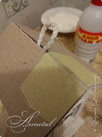 Доброго времени суток. Спасибо всем заглянувшим на мою страничку. Хочу поделится своим чайным домиком и секретами как я его делала. Вот , что у нас должно получится. Для работы нам понадобится: соленое тесто, гофрированный картон, кусочки обоев, клей ПВА, клей Титан, молярный скотч, толстая нитка, нож кухонный, пилочка для ногтей, стержень от ручки, гуашь, лак глянцевый для дерева. Можно использовать и другие подручные материалы. И так Начнем. фото 20