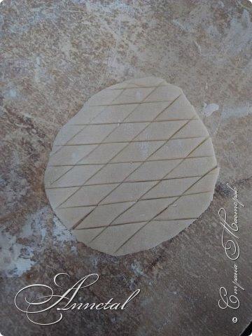 Доброго времени суток. Спасибо всем заглянувшим на мою страничку. Хочу поделится своим чайным домиком и секретами как я его делала. Вот , что у нас должно получится. Для работы нам понадобится: соленое тесто, гофрированный картон, кусочки обоев, клей ПВА, клей Титан, молярный скотч, толстая нитка, нож кухонный, пилочка для ногтей, стержень от ручки, гуашь, лак глянцевый для дерева. Можно использовать и другие подручные материалы. И так Начнем. фото 22