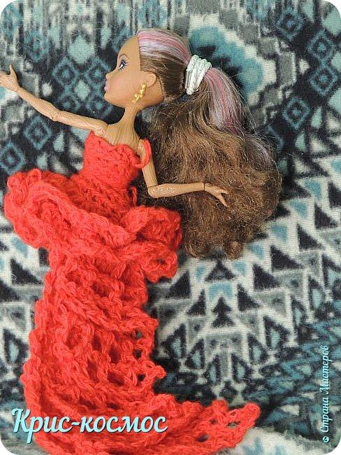 Далеко жила царица,  На все руки мастерица! Захотела среди ночки Платье смастерить для дочки. Она книги полистала,  Ничего не отыскала,  Вдруг притопнула немножко,  Прошептала у окошка: - Сколько существует свет, Мастер-класса нет, как нет!  Привет, Страна мастеров! Сегодня на меня нашло вдохновение и я решила сделать платье винкс Гармоникс. Вообще, платье изначально делала для подделки под винкс Самиры, но потом оно сильно подошло для Кедры.  И так, нам потребуется: - пряжа акрил. - крючок №5. - ножницы. Платье вроде простое, а МК нет! вот и решила для любителей винкс  сделать МК. фото 12