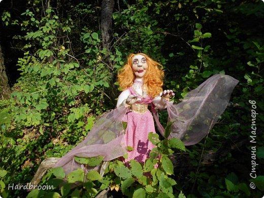 Алира молодая, рыжеволосая девушка довольно привлекательной внешности.   Являясь кровожадной вампиршей, Алира напоминает ангела. У нее чистая и нежная кожа, очень привлекательная фигура. фото 2