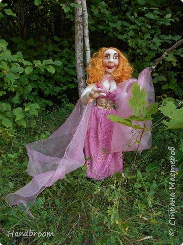 Алира молодая, рыжеволосая девушка довольно привлекательной внешности.   Являясь кровожадной вампиршей, Алира напоминает ангела. У нее чистая и нежная кожа, очень привлекательная фигура. фото 3