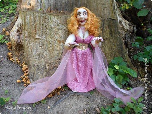 Алира молодая, рыжеволосая девушка довольно привлекательной внешности.   Являясь кровожадной вампиршей, Алира напоминает ангела. У нее чистая и нежная кожа, очень привлекательная фигура. фото 4