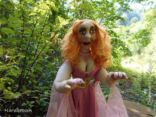 Алира молодая, рыжеволосая девушка довольно привлекательной внешности.   Являясь кровожадной вампиршей, Алира напоминает ангела. У нее чистая и нежная кожа, очень привлекательная фигура. фото 1