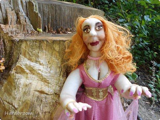 Алира молодая, рыжеволосая девушка довольно привлекательной внешности.   Являясь кровожадной вампиршей, Алира напоминает ангела. У нее чистая и нежная кожа, очень привлекательная фигура. фото 6
