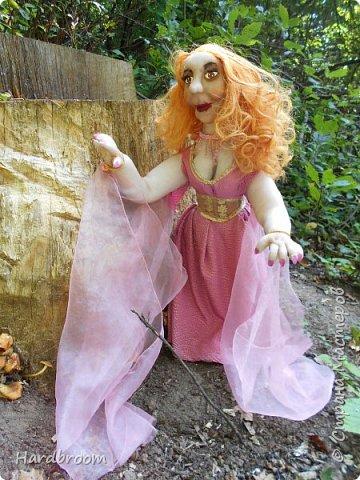 Алира молодая, рыжеволосая девушка довольно привлекательной внешности.   Являясь кровожадной вампиршей, Алира напоминает ангела. У нее чистая и нежная кожа, очень привлекательная фигура. фото 7