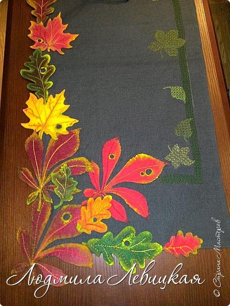 В пару к подушке сшила еще и салфетку... Материалы и техника те же: лен, нитки, фетр, немножко бисера... фото 1