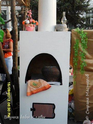 Добрый день, мастера Страны Мастеров. Этот пост посвящен ежегодному фестивалю Три спаса на Дону, который проводится в нашей станице и стал уже традицией. Его провидение приурочено к началу осени, сбору урожая и трем спасам:  медовому яблочному  и ореховому. Все поселения района выставляют стилизованные казачьи курени, накрывают обильные столы с сдобной выпечкой, мясными блюдами, запеченными яблоками с медом)))))Обязательно в каждом курени исполняют казачьи песни, фланкируют казачьими шашками молодые казачата. Конечно, выставляют работы рукодельниц, которые достают из бабушкиных сундуков. Но и наши современные работы ни чем им не уступают. Хочу обратить внимание, что я в этом посте не выставляю фото моих работ, здесь работы других людей, делаю это для того, чтобы мы могли перенять опыт и может найти для себя интересные идеи для дальнейшего творчества. А те мастера, которым интересен казачий быт прогуляться по станице))))))Фото много, все одним разом не загружу, а может будет несколько постов, если кого заинтересует милости прошу. Приятного просмотра.Всегда ваша Внучка бабы Клавы.  фото 22