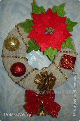 """Начинаем неспешно готовиться к встрече Нового Года. Маленький новогодний веночек поднимет настроение и настроит на праздничный лад. Пуансеттия или """"Вифлиемская звезда""""  - это цветок один из символов Нового Года. В моем веночке она занимает почетное место. А теперь процесс изготовления. На каркас из картона обматывается полоска утеплителя для придания объема веночку.Хотела обмотать атласной лентой, но ленты нужного цвета и толщины не нашлось, И я задекорировала веночек полосками льняной ткани. Из фетра вырезала красные прицветниковые листики и зеленые листья пуансеттии. Собрала и склеила цветок и добавила тычинки. Дополнила веночек покупным декором. О результате судите сами."""