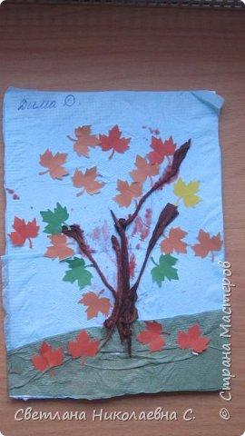 На улице осень, дождь и слякоть, а у нас в группе весело и интересно! Вот  такие осенние деревья мы делали со старшей группой.  фото 1