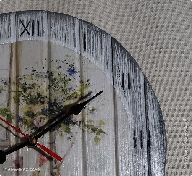 Часы в стиле шебби-шик (в переводе с английского означает «потертый шик», это название стиля в интерьере, декоре и моде). Диаметр 27 см. Изготовлены из пластика ПВХ, которому придана текстура дерева. Применена техника декупаж и искусственное состаривание. Очень легкие. фото 2