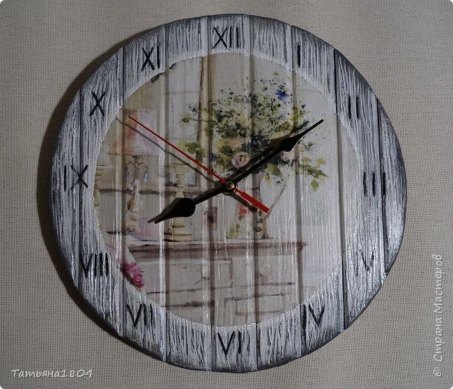 Часы в стиле шебби-шик (в переводе с английского означает «потертый шик», это название стиля в интерьере, декоре и моде). Диаметр 27 см. Изготовлены из пластика ПВХ, которому придана текстура дерева. Применена техника декупаж и искусственное состаривание. Очень легкие. фото 1