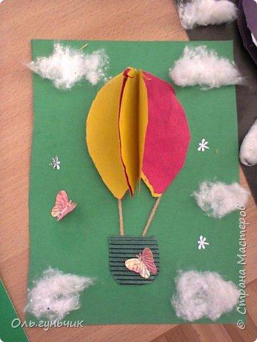 Продолжаю показывать работы учеников, теперь из бумаги. Вот такие воздушные шарики мы наделали с первоклассниками. Идею увидела у Маргариты: https://stranamasterov.ru/node/145284 На зеленом фоне моего сына Вити))) фото 3