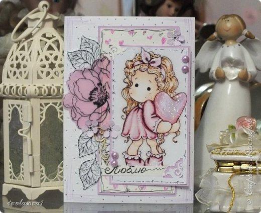 Просто захотелось  с этой милашкой сделать легкую открытку. Предназначается для подарка в день  МАМЫ. Цветок отштампован на розовом веллуме.