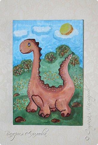 Доброго времени суток!  Настало время украшать стены детской. Хотелось чтобы это было сделанное своими руками и в то же время доброе.  Решила нарисовать персонажей. Кого рисовать выбирал сын, я только исполняла. Рисунки на холсте. Я далеко не художник. Прошу строго не оценивать. Динозаврик (очень любим сейчас эту тематику) фото 1