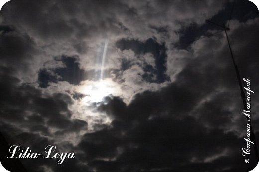 """Взглянула на небо и замерла... Буквально на глазах чьи-то невидимые руки раздвинули могучие чернющие тучи. Вот когда понимаешь смысл выражения: """"разверзлись небеса""""! Из образовавшегося белесо-огненного колодца стали выплывать образы, формируемые лунным прожектором.  Вот двугорбый верблюд нехотя отправился в свое странствие. Еще один... Следом высунулся дракон, который костлявой лапой безжалостно размазал их силуэты, превратив в осколки гаснущих бликов. Вот чей-то зловещий оскал. Глаза...  фото 1"""