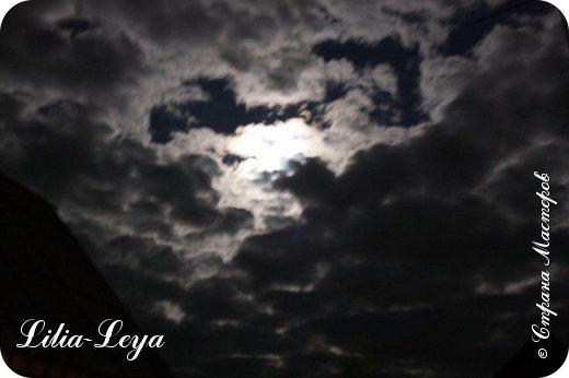 """Взглянула на небо и замерла... Буквально на глазах чьи-то невидимые руки раздвинули могучие чернющие тучи. Вот когда понимаешь смысл выражения: """"разверзлись небеса""""! Из образовавшегося белесо-огненного колодца стали выплывать образы, формируемые лунным прожектором.  Вот двугорбый верблюд нехотя отправился в свое странствие. Еще один... Следом высунулся дракон, который костлявой лапой безжалостно размазал их силуэты, превратив в осколки гаснущих бликов. Вот чей-то зловещий оскал. Глаза...  фото 5"""