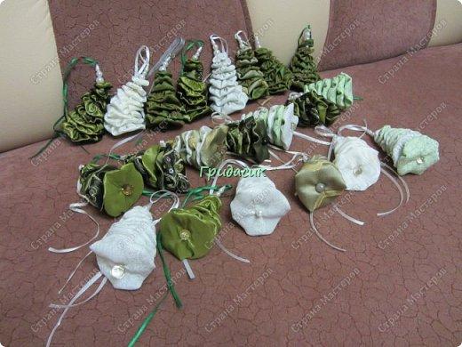 Продолжаю тему елок. Елки бывают разными, и зелеными и красными.  Это был первый год массового производства елок. Встречали 2012 год. Было их сделано штук 20. Большая часть раздарена, несколько штук сохранились дома. Ткань для печворка, разные пуговицы, ленты, синтепон. фото 9