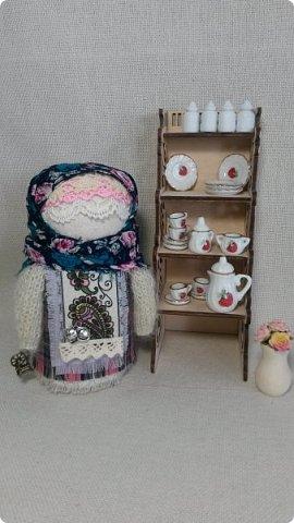 Игра в кукол приобретает размах и масштаб.)) У куколок появился интерьер, а сами куколки одевают теплую осеннюю одежду - уютные клетчатые платья и вязанные пушистые кофты.   фото 1