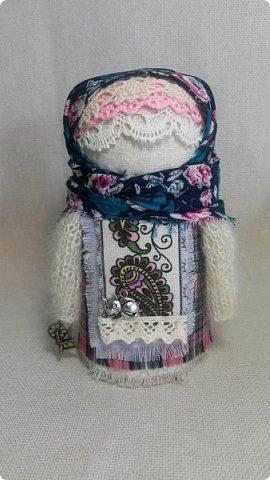 Игра в кукол приобретает размах и масштаб.)) У куколок появился интерьер, а сами куколки одевают теплую осеннюю одежду - уютные клетчатые платья и вязанные пушистые кофты.   фото 2