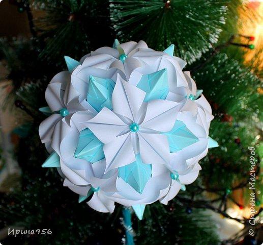 Основа - Little Turtle Tomoko Fuse 30 модулей 11х11 см. МК http://all-origami.livejournal.com/66074.html Цветы (автор Alexandra Abovyan), 12 шт., из 60 прямоугольных равнобедренных треугольников с гипотенузой 8,6 см. Видео https://www.youtube.com/watch?v=dkR-oEx5RZQ Размер - около 13 см. фото 14
