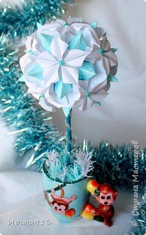 Основа - Little Turtle Tomoko Fuse 30 модулей 11х11 см. МК http://all-origami.livejournal.com/66074.html Цветы (автор Alexandra Abovyan), 12 шт., из 60 прямоугольных равнобедренных треугольников с гипотенузой 8,6 см. Видео https://www.youtube.com/watch?v=dkR-oEx5RZQ Размер - около 13 см. фото 13