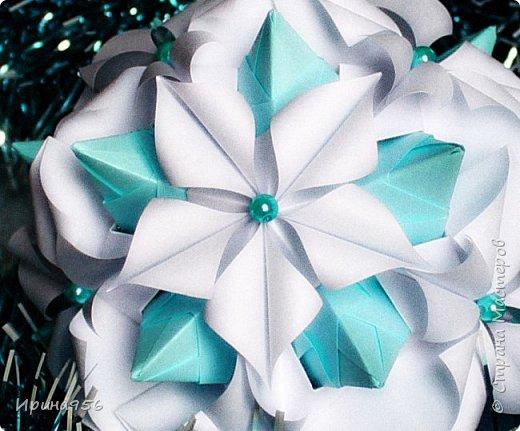 Основа - Little Turtle Tomoko Fuse 30 модулей 11х11 см. МК http://all-origami.livejournal.com/66074.html Цветы (автор Alexandra Abovyan), 12 шт., из 60 прямоугольных равнобедренных треугольников с гипотенузой 8,6 см. Видео https://www.youtube.com/watch?v=dkR-oEx5RZQ Размер - около 13 см. фото 17