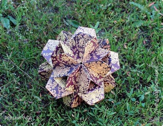 Основа - Little Turtle Tomoko Fuse 30 модулей 11х11 см. МК http://all-origami.livejournal.com/66074.html Цветы (автор Alexandra Abovyan), 12 шт., из 60 прямоугольных равнобедренных треугольников с гипотенузой 8,6 см. Видео https://www.youtube.com/watch?v=dkR-oEx5RZQ Размер - около 13 см. фото 6