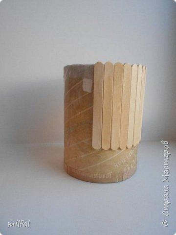 Карандашница из бросового материала.Всё легко и просто!!!!! Материалы: картонная труба,палочки для мороженного,арбузные косточки,обои,салфетка,клей пва,акриловый лак. фото 3