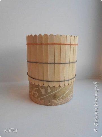 Карандашница из бросового материала.Всё легко и просто!!!!! Материалы: картонная труба,палочки для мороженного,арбузные косточки,обои,салфетка,клей пва,акриловый лак. фото 4