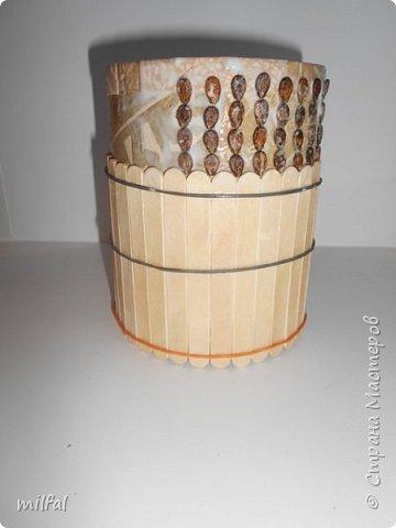 Карандашница из бросового материала.Всё легко и просто!!!!! Материалы: картонная труба,палочки для мороженного,арбузные косточки,обои,салфетка,клей пва,акриловый лак. фото 5
