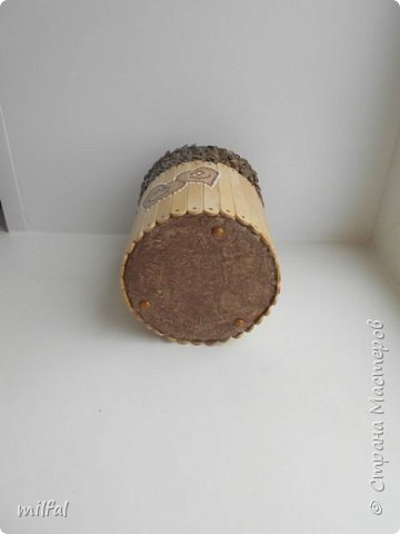 Карандашница из бросового материала.Всё легко и просто!!!!! Материалы: картонная труба,палочки для мороженного,арбузные косточки,обои,салфетка,клей пва,акриловый лак. фото 9