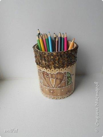 Карандашница из бросового материала.Всё легко и просто!!!!! Материалы: картонная труба,палочки для мороженного,арбузные косточки,обои,салфетка,клей пва,акриловый лак. фото 10