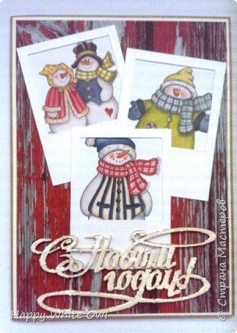 Всем привет!  Вот уже выпал снег и, мне кажется, уже многие задумались о новогодних открытках.  На скорую руку сделала вот такую открыточку со снеговиками. Попыталась сделать имитацию полароидных фотоснимков.  Основа - крафт-картон, декоративная бумага. Снеговики - уже готовая работа, полоску с ними покупала в Фабрике Декору. фото 1