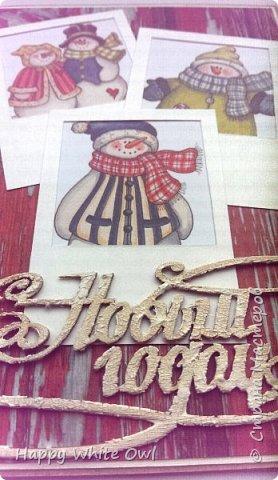 Всем привет!  Вот уже выпал снег и, мне кажется, уже многие задумались о новогодних открытках.  На скорую руку сделала вот такую открыточку со снеговиками. Попыталась сделать имитацию полароидных фотоснимков.  Основа - крафт-картон, декоративная бумага. Снеговики - уже готовая работа, полоску с ними покупала в Фабрике Декору. фото 3