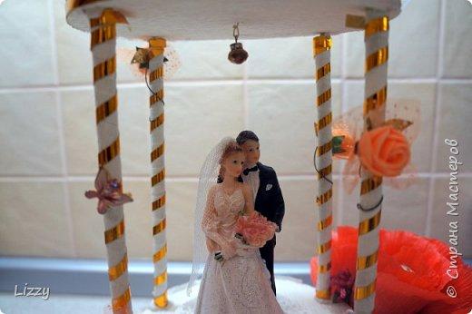 Давно ничего не делала:) вот наконец свадьба близкой подруги, решила сделать ей такой подарок:) Заготовки из пенопласта, гофрированная бумага, широкие коктейльные трубочки и деревянные шпажки (колонны), проволока, фатин и ленты с бусинами. фото 3