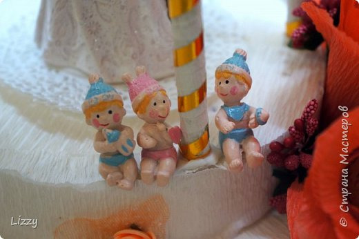 Давно ничего не делала:) вот наконец свадьба близкой подруги, решила сделать ей такой подарок:) Заготовки из пенопласта, гофрированная бумага, широкие коктейльные трубочки и деревянные шпажки (колонны), проволока, фатин и ленты с бусинами. фото 4