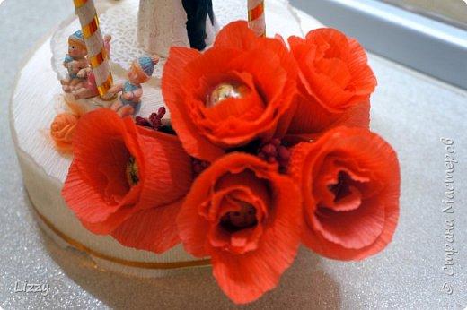 Давно ничего не делала:) вот наконец свадьба близкой подруги, решила сделать ей такой подарок:) Заготовки из пенопласта, гофрированная бумага, широкие коктейльные трубочки и деревянные шпажки (колонны), проволока, фатин и ленты с бусинами. фото 5