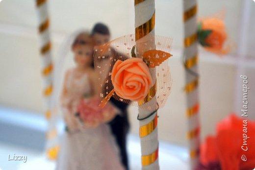 Давно ничего не делала:) вот наконец свадьба близкой подруги, решила сделать ей такой подарок:) Заготовки из пенопласта, гофрированная бумага, широкие коктейльные трубочки и деревянные шпажки (колонны), проволока, фатин и ленты с бусинами. фото 6