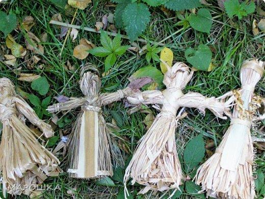 такая куколка родилась - Хозяйка леса - из травы-осоки основа, фартук - рогоз, аппликация на фартуке - вырубки кукурузного листа и листья тысячелистника, метла - осина, мятлик, фон - мои новые вырезалки по дубовым листьям, котомка - талаш фото 10