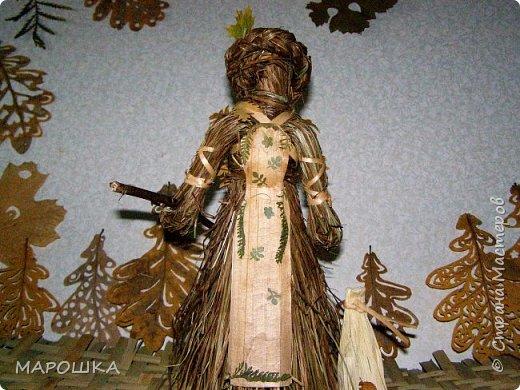 такая куколка родилась - Хозяйка леса - из травы-осоки основа, фартук - рогоз, аппликация на фартуке - вырубки кукурузного листа и листья тысячелистника, метла - осина, мятлик, фон - мои новые вырезалки по дубовым листьям, котомка - талаш фото 1