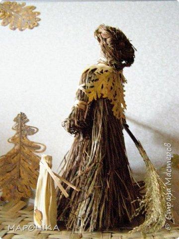 такая куколка родилась - Хозяйка леса - из травы-осоки основа, фартук - рогоз, аппликация на фартуке - вырубки кукурузного листа и листья тысячелистника, метла - осина, мятлик, фон - мои новые вырезалки по дубовым листьям, котомка - талаш фото 2