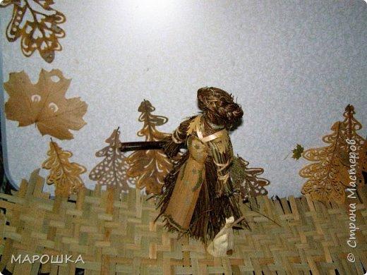 такая куколка родилась - Хозяйка леса - из травы-осоки основа, фартук - рогоз, аппликация на фартуке - вырубки кукурузного листа и листья тысячелистника, метла - осина, мятлик, фон - мои новые вырезалки по дубовым листьям, котомка - талаш фото 3