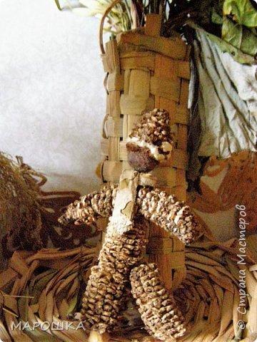 такая куколка родилась - Хозяйка леса - из травы-осоки основа, фартук - рогоз, аппликация на фартуке - вырубки кукурузного листа и листья тысячелистника, метла - осина, мятлик, фон - мои новые вырезалки по дубовым листьям, котомка - талаш фото 8