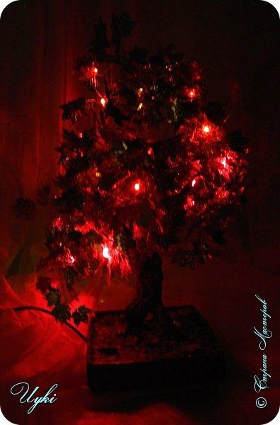 Давно заглядывалась на светящиеся деревья из бисера, но на бисер у меня всегда не хватает терпения, вот и заменила паетками. Ушло около 700 шт листочов и 20 диодов. 10 красных и 10 желтых. В высоту 30 см. фото 5